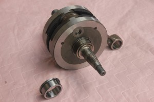 Old bearing shell still fitted to crank shaft